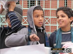 i bambini di Yarmouk protestano per il cibo che non arriva (fonte: 'Adasa al-Mukhayyam)