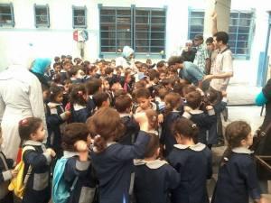 Bambini ed insegnanti nell'Asilo della Speranza