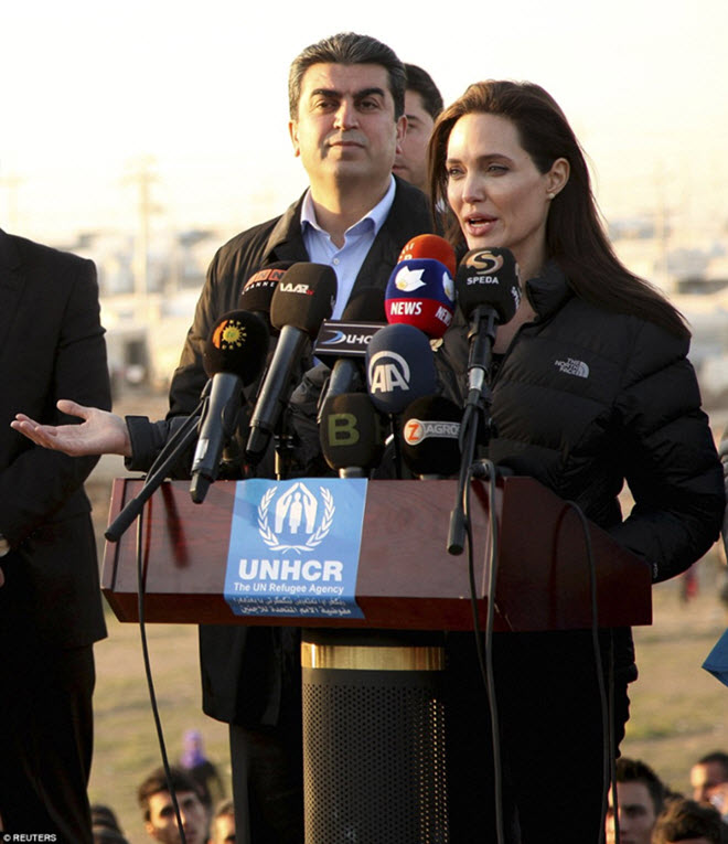 Angelina-Jolie-in-Iraq-visiting-Kurdish-Refugee-Camp-10