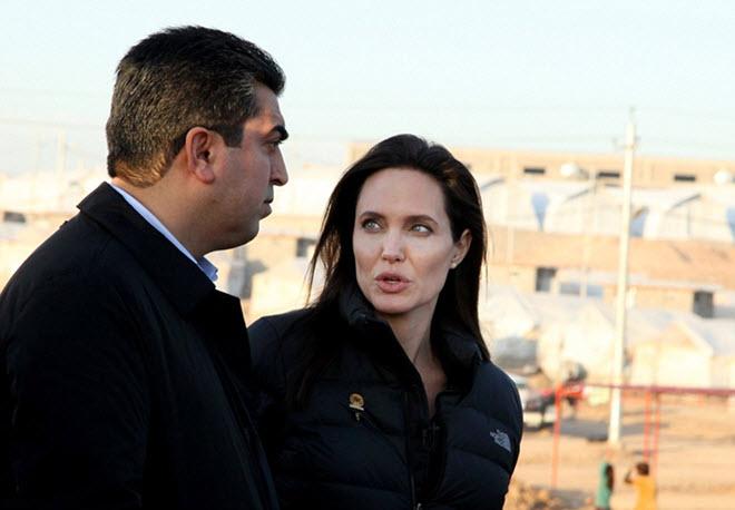 Angelina-Jolie-in-Iraq-visiting-Kurdish-Refugee-Camp-11