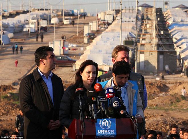 Angelina-Jolie-in-Iraq-visiting-Kurdish-Refugee-Camp-12