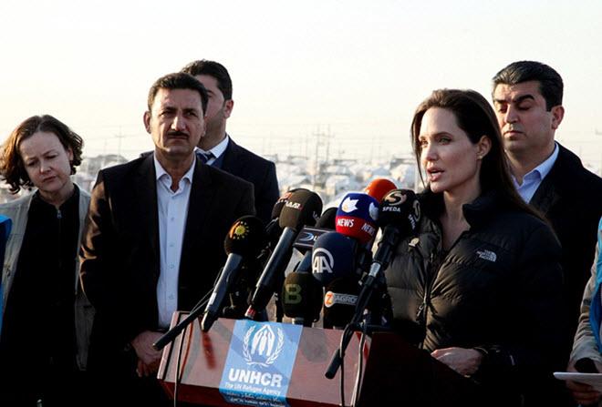 Angelina-Jolie-in-Iraq-visiting-Kurdish-Refugee-Camp-14