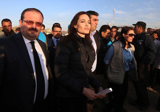 Angelina-Jolie-in-Iraq-visiting-Kurdish-Refugee-Camp-2