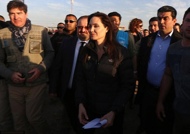 Angelina-Jolie-in-Iraq-visiting-Kurdish-Refugee-Camp-6