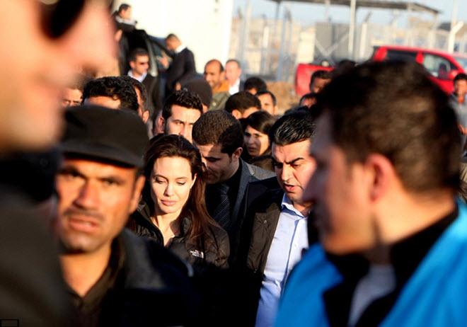Angelina-Jolie-in-Iraq-visiting-Kurdish-Refugee-Camp-8
