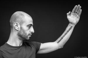 Tatuaggi e calligrafia in un progetto del fotografo Bashar Alaeddin