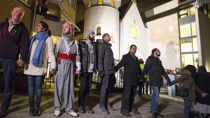 I musulmani di Oslo proteggono sinagoga con una catena di pace