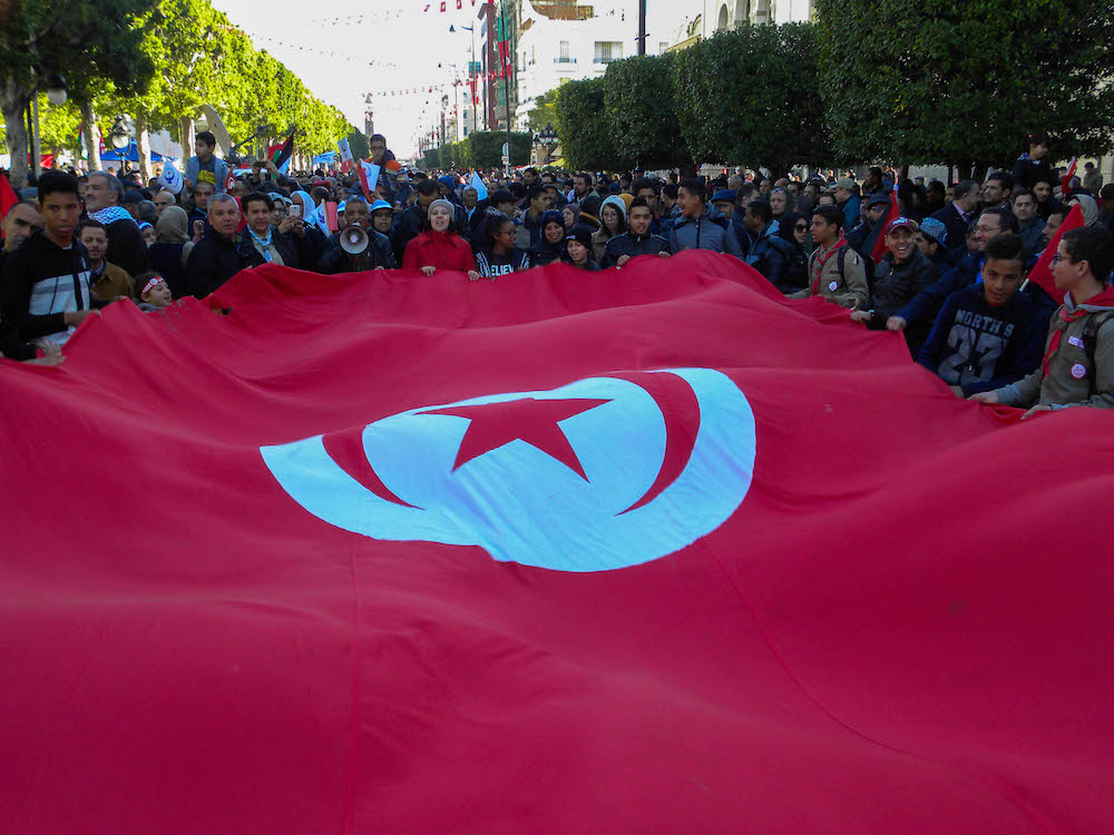 Cittadini sventolano una bandiera della Tunisia_Avenue Bourgouiba3_Tunis
