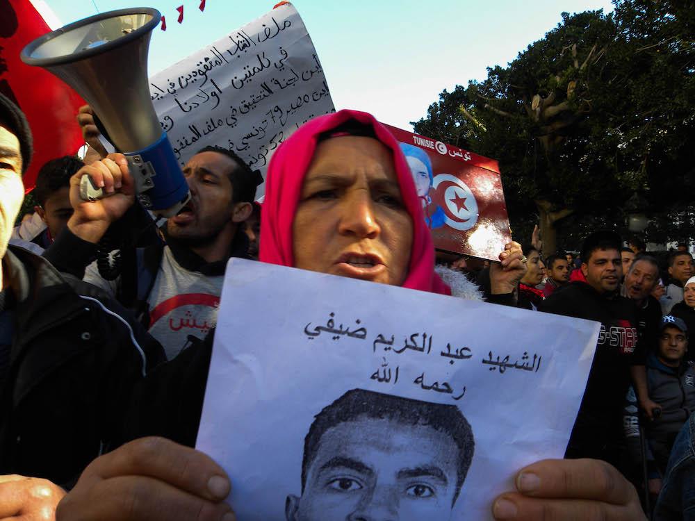 Madre di un martire della Rivoluzione mostra la foto e il nome del figlio_Avenue Bourgouiba6_Tunis_14012018  ©Alice Passamonti